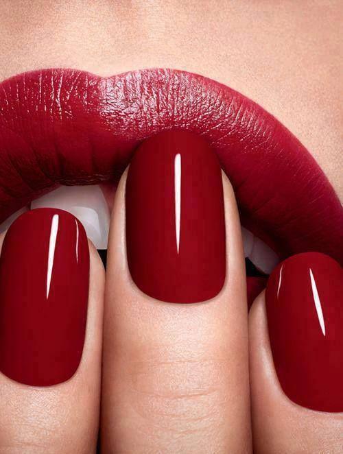 Hoe verwijder je rode nagellak?